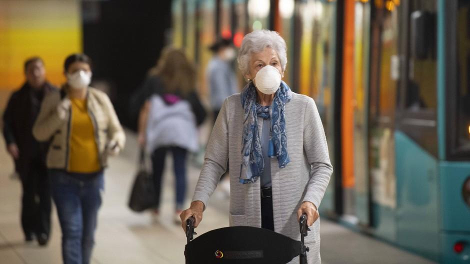 Wie lange wird die Maskenpflicht im Nah- und Fernverkehr verlängert? Eine Frau mit einer Maske im April 2020 in der Frankfurter U-Bahn