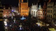 Gegen politischen Hass: Nach dem Tod des Bürgermeisters zogen Tausende am Montagabend durch Danzigs Zentrum.
