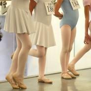 Mit spätestens neun Jahren wird es ernst: Ballettschülerinnen vor dem Auftritt