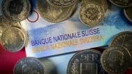 Die Schweizerische Nationalbank befindet im Kampf gegen einen starken Franken.