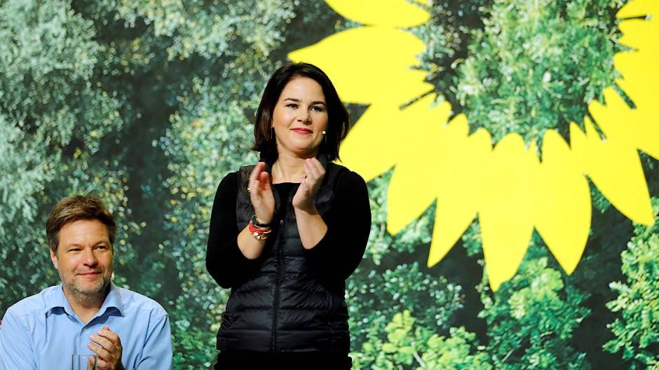 Die Aussagen des Programms ihrer Partei zur Medienpolitik sind eher sonnenblumig: Robert Habeck and Annalena Baerbock