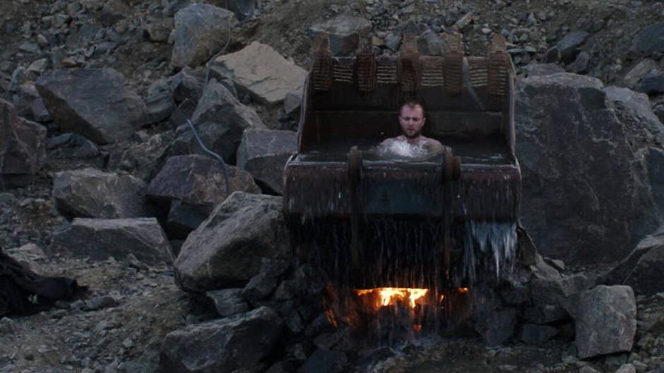 Wie von einem anderen Planeten: Serhiy nimmt ein Bad in einer Baggerschaufel.