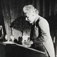 Scherze trotz Unsicherheit: Der Physiker Einstein stand oft am Rednerpult, wie hier bei einem Kongress in Belgien 1930.