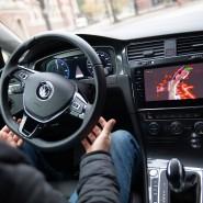 Hände weg: wer sich einem autonom fahrenden Auto anvertraut, will nicht erleben, das Hacker ans Lenkrad greifen.