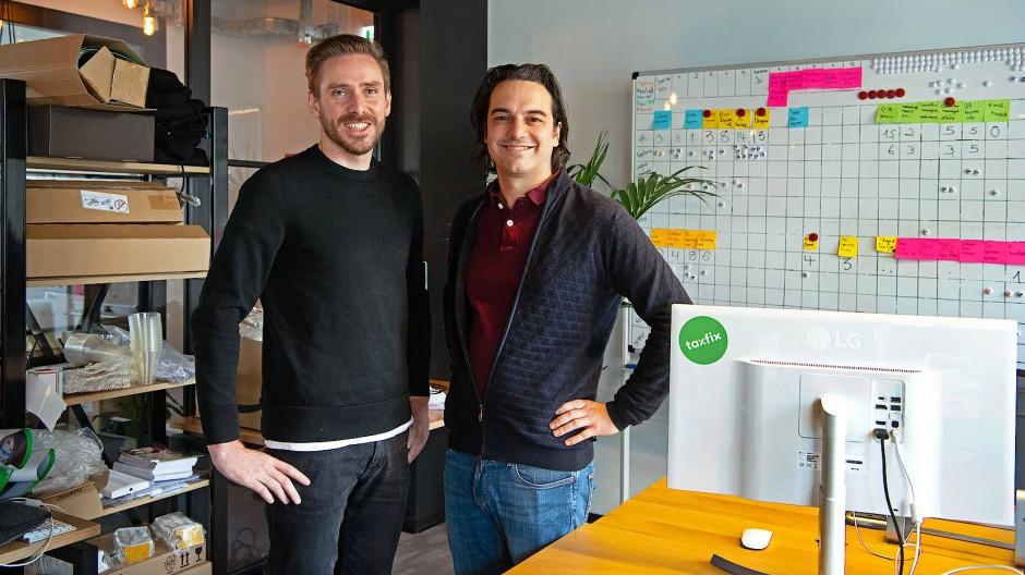 Lino Teuteberg (l.) und Mathis Buechi (r.) gaben die App Taxfix entwickelt.