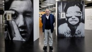 """Ganz bei sich: Peter Weibel zwischen seinem """"Selbstportrait als junger Hund"""" (links) und dem """"Selbstportrait als Frau(enmund)"""""""