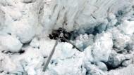 Hubschrauber stürzt in Gletscherspalte
