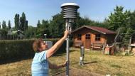 Wetterfee: Die 84 Jahre alte Magdalena Michelsen kontrolliert die Wetterstation in ihrem Garten.