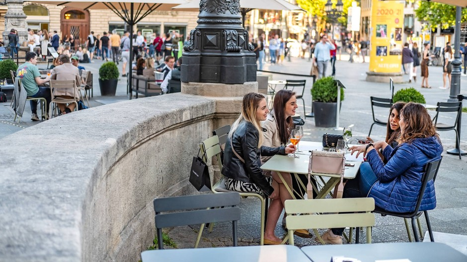Die Innenstädte sehen fast aus wie vor der Corona-Krise: Die Lokale am Frankfurter Opernplatz sind gut besucht.