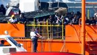 """Neugierige Blicke: Migranten an Bord der """"Aquarius"""" beobachten am Sonntag die Einfahrt in den Hafen von Valencia."""