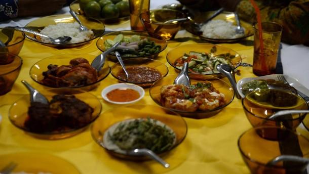 Juden, Christen und Muslime bei Fastenbrechen im Ramadan