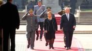 Schleppend wie die Reformen: Chiles Präsidentin Bachelet mit dem Generalgouverneur von Australien.