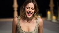 Sie weiß auch nicht, was die ganze Aufregung um eine Modefotografie von ihr in einem Bolerojäckchen soll: Emma Watson.