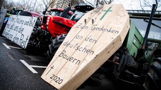 Wütende Bauern protestieren gegen Bundesregierung
