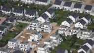 Neubausiedlung: Die Zinsen sinken immer weiter - aber im Gegenzug steigen die Hauspreise.