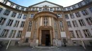Das Landgericht in Frankfurt hat einen 43 Jahre alten Mann zu einer Freiheitsstrafe von sechs Jahren verurteilt (Symbolbild).