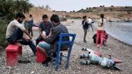 Flüchtlinge in einem inoffiziellen Flüchtlingslager auf Lesbos.