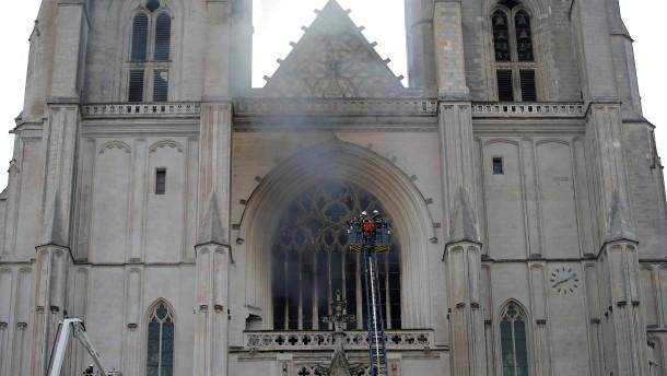 Kathedrale von Nantes steht in Flammen