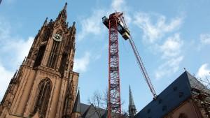 Noch steckt der Kranausleger im Frankfurter Dom