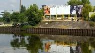 Was für eine Aussicht! Das Opernhaus Offenbach entsteht, wie seine Prospekte hier im Bild, gestaffelt.