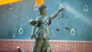 Die Justitia, hier die Figur auf dem Römerberg in Frankfurt, ist Sinnbild für Gerechtigkeit. Auch mit Blick auf Verfehlungen von Juristen