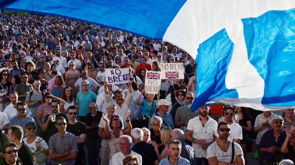 Leidenschaftliche Europäer: Griechen protestieren am 15. Juni vor dem Athener Parlament gegen den Brexit.