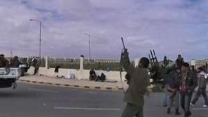 Gaddafi droht, Rebellen unter Beschuss