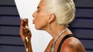 Nicht nur der Oscar glänzt: Lady Gaga mit großem Klunker auf der Oscar-Verleihung.