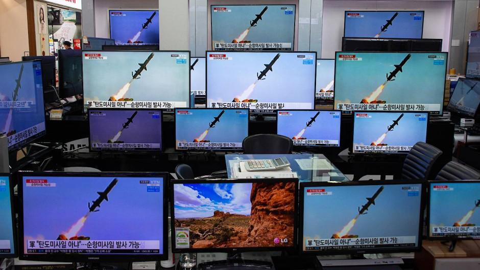 Auf einem Markt für Elektrogeräte in Seoul laufen am 24. März Bilder eines Raketentests in Nachrichtensendungen.