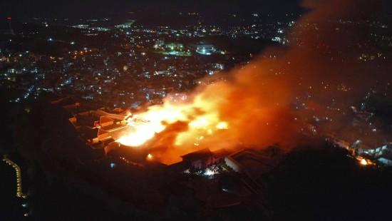 Burg Shuri in Flammen