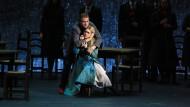 Don Alvar (Anton Rossiziki) versucht, Biondetta (Darja Terechowa) in den Griff zu bekommen.