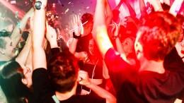 Tanzen ohne Maske und Abstand in Berlin