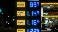 Der Ölpreisverfall zeigt sich auch an den Tankstellen: Vielerorts fiel der Dieselpreis unter die 90-Cent-Marke.