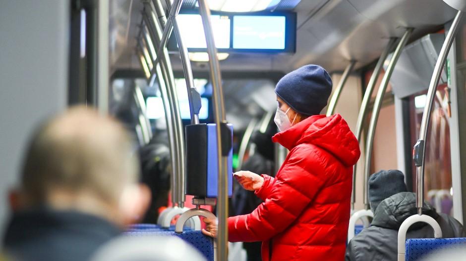 Im öffentlichen Nahverkehr soll das Tragen von medizinischen Masken verpflichtend werden.