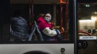 Aus China evakuiert: Rückkehrer kommen in Deutschland an.