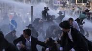 Mit Wucht: Die Polizei geht Anfang Juli mit Wasserwerfern gegen ultraorthodoxe Demonstranten in Jerusalem vor.
