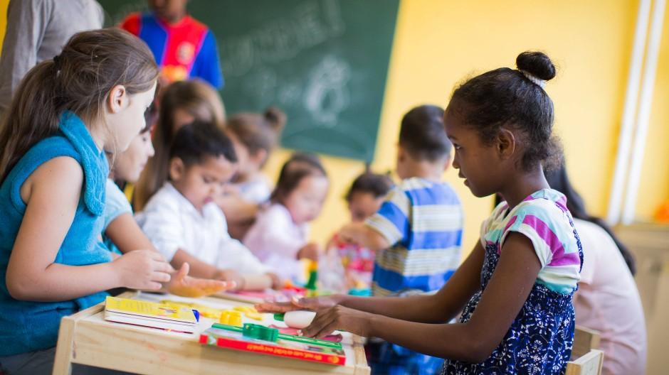 Kinder in einer Tagesbetreuung für Flüchtlinge