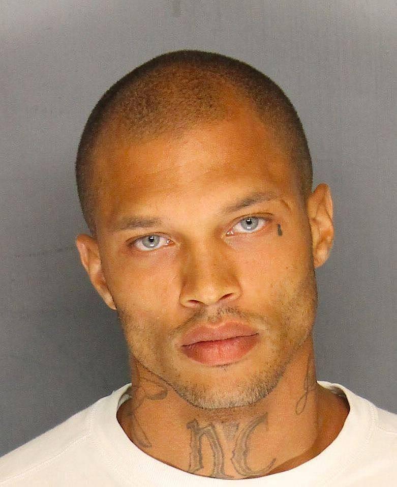 Markante Gesichtszüge und stahlblaue Augen: Sein Polizeifoto hatte den Kalifornier bekannt gemacht.