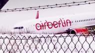 Flugzeug schießt über Startbahn hinaus