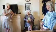 Herzlichen Glückwunsch! Alexandra Draheim, hier mit ihren Töchtern, feiert ihren 100. Geburtstag.