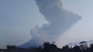 Vulkan stößt 6000 Meter hohe Aschewolke aus