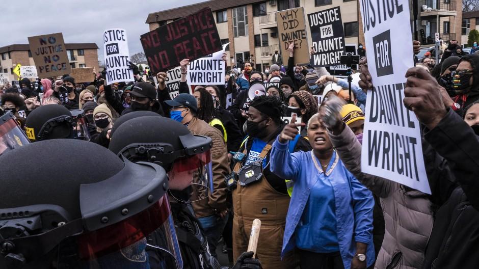 Die Wut ist groß: Demonstranten geraten am Montag in Brooklyn Center mit der Polizei aneinander.