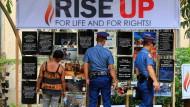 Mahnmal: Bilder von Opfern des Drogenkriegs vor einer katholischen Kirche in Manila