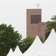 """Pavillons vor der Probsteikirche in Leipzig: Der 100. Deutsche Katholikentag steht unter dem Leitspruch """"Seht, da ist der Mensch""""."""