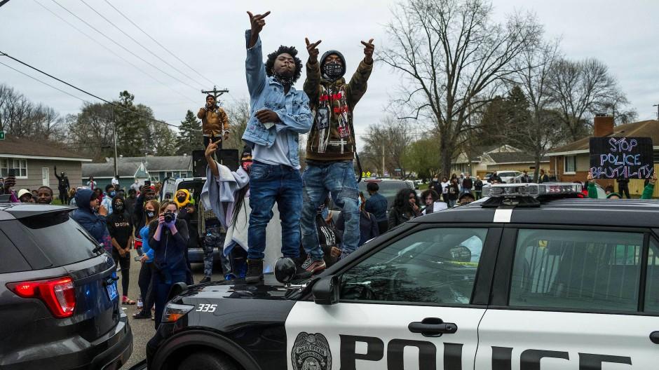 Sie vertrauen der Polizei nicht: Demonstrierende am Sonntag vor einem Polizeirevier in Brooklyn Center