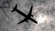 Flugzeug im Landeanflug: Die Luftverkehrsteuer soll steigen.