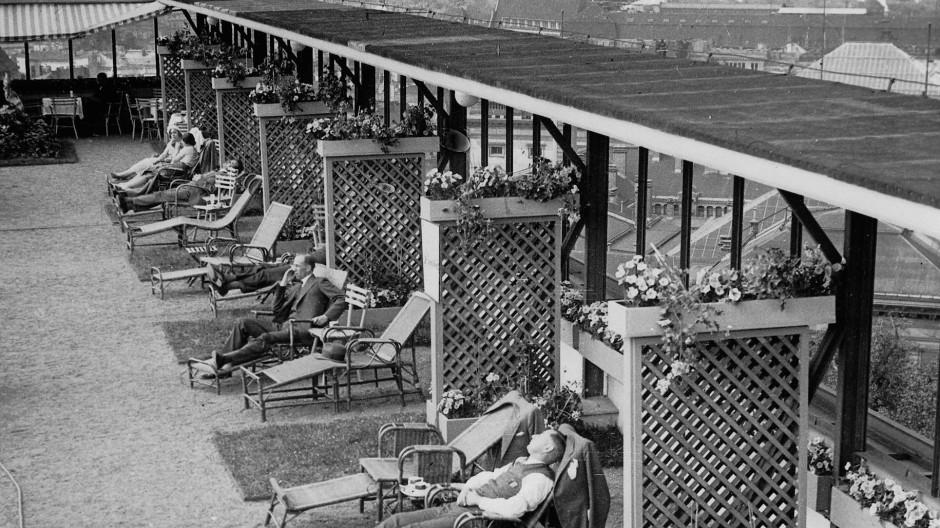 Erholung in der Stadt: Kurgäste auf dem Dachgarten des Europahauses in Berlin.