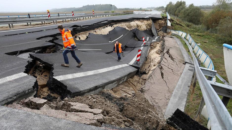Auf der Fahrspur in Richtung Rostock war auf einer Länge von etwa 100 Metern die auf Moor gebaute Fahrbahn abgebrochen.
