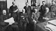 Die russische Übergangsregierung um Ministerpräsident Fürst Lwow (1. v.l.). Im Juni 1917 gab Lwow erstmals eine Regierungserklärung ab. Foto von 1917.