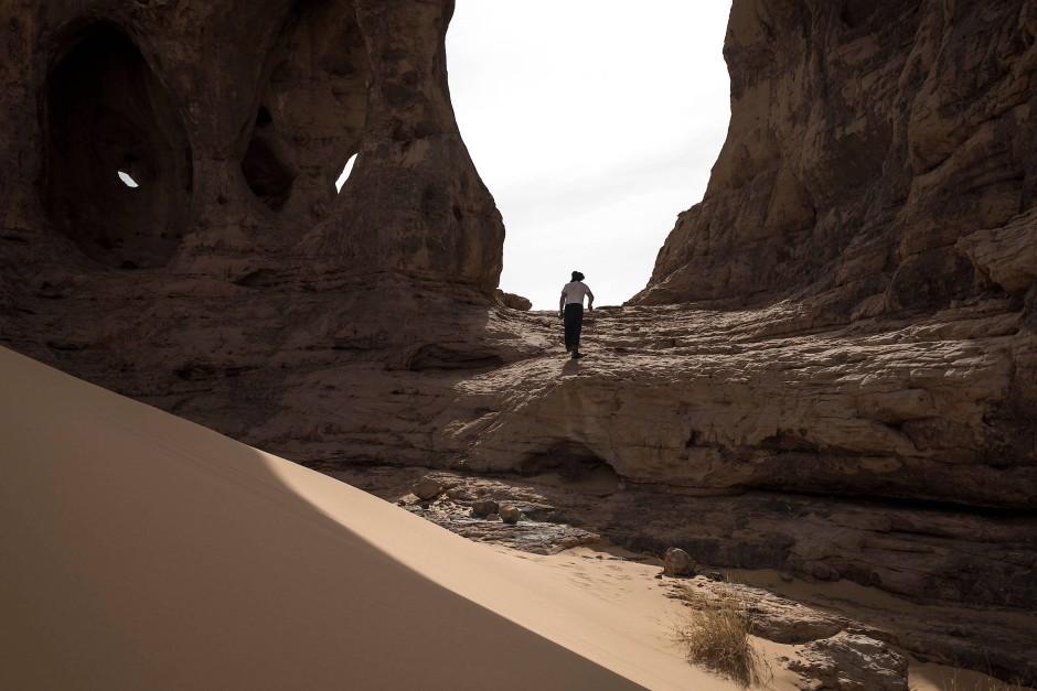 Thierry Tillet, ein Archäologe und Forscher aus der Sahara, untersucht Felsgravuren am Elefantenfelsen Makhrouga. Der Archäologe durchquert bereits seit 47 Jahren die Sahara.